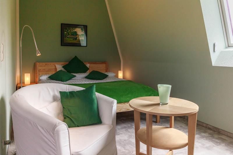 wohnbereich-mit-blick-auf-schlafbereich-smaragd